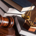 I simboli della professione legale, martello e bilancia